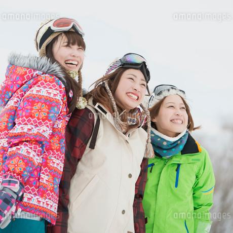 ゲレンデで微笑む若者たちの写真素材 [FYI02850171]
