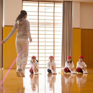 体育の授業を受ける小学生の写真素材 [FYI02850176]