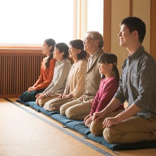 和室で正座をする3世代家族の写真素材 [FYI02850180]