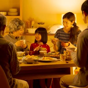 夕食を食べる3世代家族の写真素材 [FYI02850184]