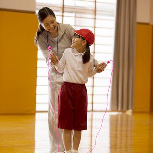 縄跳びの指導を受ける小学生の写真素材 [FYI02850185]