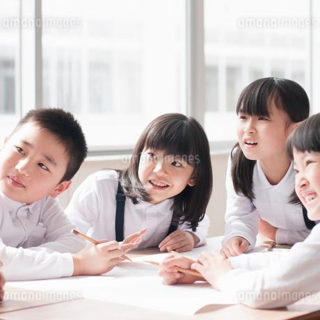 グループ学習をする小学生の写真素材 [FYI02850198]