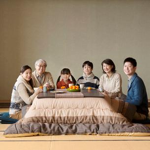 こたつで微笑む3世代家族の写真素材 [FYI02850204]