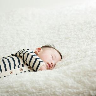 眠る赤ちゃんの写真素材 [FYI02850205]