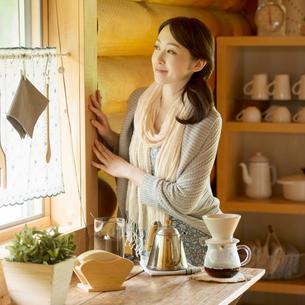 窓の外を眺める女性の写真素材 [FYI02850209]