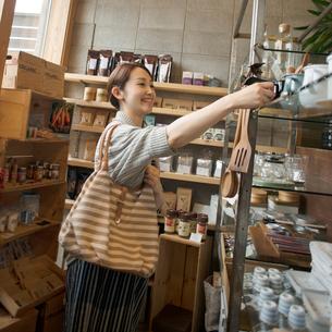 雑貨屋で買い物をする女性の写真素材 [FYI02850226]