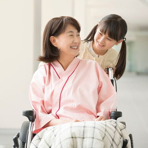祖母の車椅子を押す女の子の写真素材 [FYI02850236]