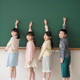 黒板に文字を書く小学生の写真素材 [FYI02850239]