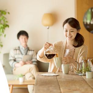 コーヒーを入れる女性の写真素材 [FYI02850256]