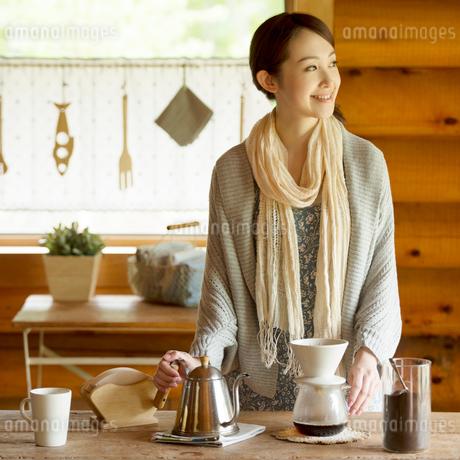 コーヒーを入れる女性の写真素材 [FYI02850281]