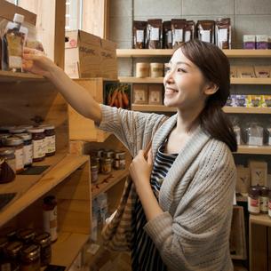 雑貨屋で買い物をする女性の写真素材 [FYI02850282]
