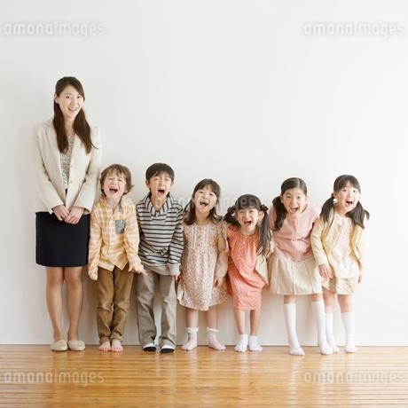 微笑む小学生と先生の写真素材 [FYI02850290]