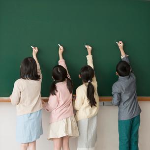 黒板に文字を書く小学生の写真素材 [FYI02850317]
