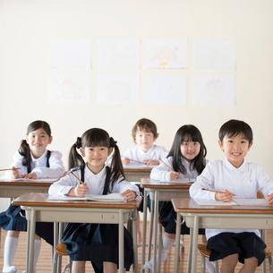 教室で勉強をする小学生の写真素材 [FYI02850318]
