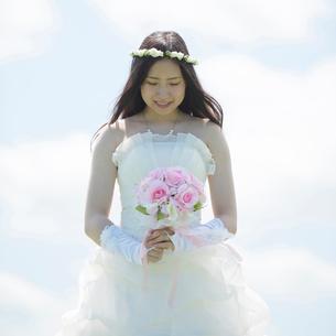 ブーケを持ち微笑む花嫁の写真素材 [FYI02850325]