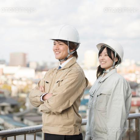 町並みを眺める作業員の写真素材 [FYI02850343]