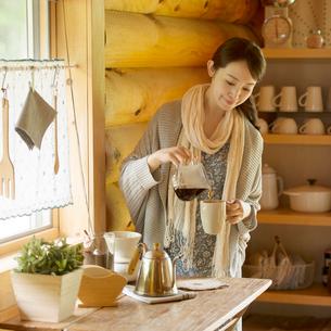 コーヒーを入れる女性の写真素材 [FYI02850358]