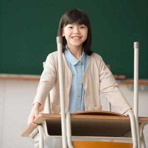 教室で机を運ぶ小学生の写真素材 [FYI02850359]