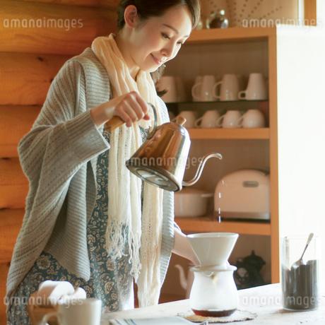 コーヒーを入れる女性の写真素材 [FYI02850373]