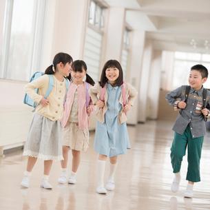 学校の廊下を歩く小学生の写真素材 [FYI02850377]