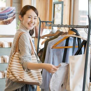 服屋で買い物をする女性の写真素材 [FYI02850385]