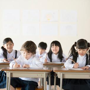 教室で勉強をする小学生の写真素材 [FYI02850409]