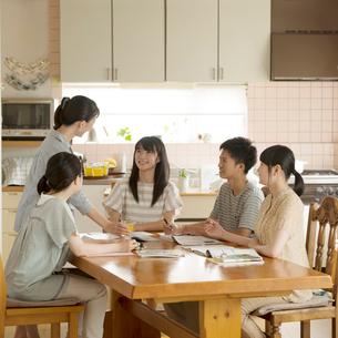 友達の家に集まり勉強をする学生の写真素材 [FYI02850420]