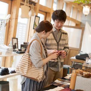 雑貨屋で買い物をするカップルの写真素材 [FYI02850441]