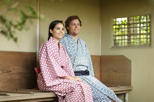浴衣姿の外国人カップルの写真素材 [FYI02850450]
