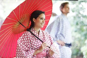 和傘をさす外国人女性と外国人男性の写真素材 [FYI02850452]