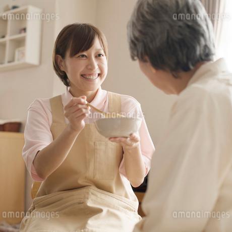食事介助をするホームヘルパーの写真素材 [FYI02850464]