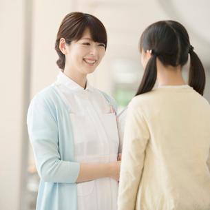 女の子と話をする看護師の写真素材 [FYI02850465]