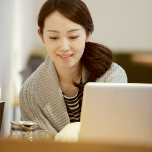 カフェでパソコンを操作する女性の写真素材 [FYI02850474]