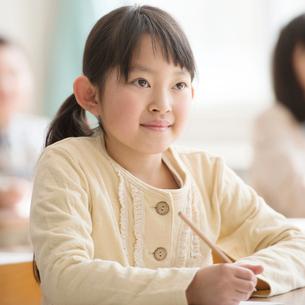 教室で授業を受ける小学生の写真素材 [FYI02850496]