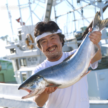 漁師持つサケの写真素材 [FYI02850504]