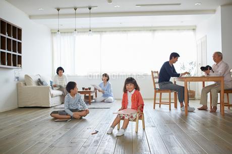リビングでくつろぐ三世代家族の写真素材 [FYI02850531]