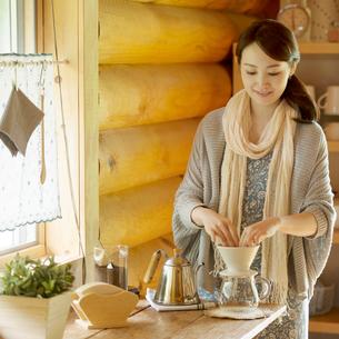 コーヒーを入れる女性の写真素材 [FYI02850537]