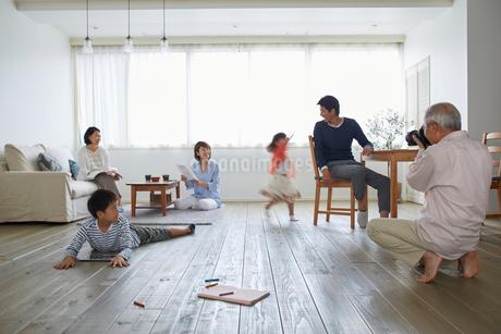 リビングでくつろぐ三世代家族の写真素材 [FYI02850542]