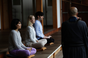 坐禅をする外国人と直堂の写真素材 [FYI02850547]
