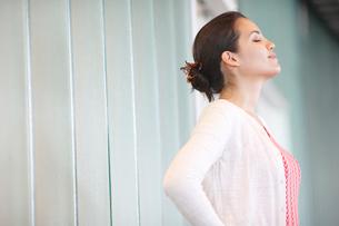 目を閉じる外国人女性の横顔の写真素材 [FYI02850551]