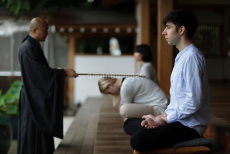 坐禅をする外国人と直堂の写真素材 [FYI02850590]
