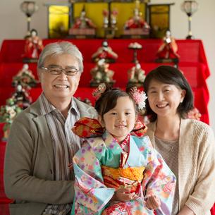 雛人形の前で微笑む祖父母と孫の写真素材 [FYI02850631]