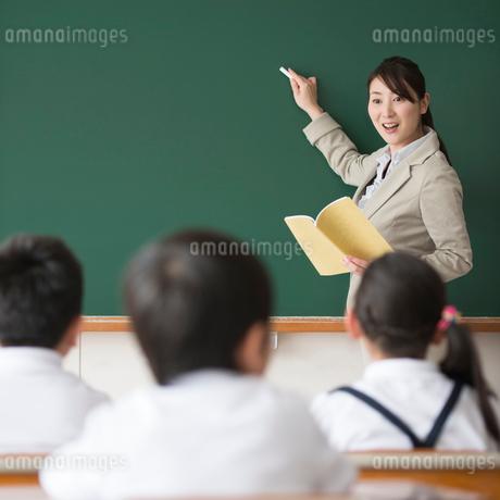 授業中の先生と小学生の写真素材 [FYI02850635]
