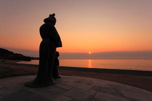 間人皇后・聖徳太子母子像と日本海の夕焼けの写真素材 [FYI02850667]