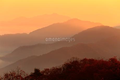 宮垣の山並みと朝焼けの写真素材 [FYI02850709]