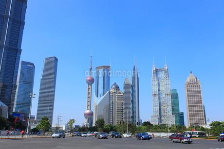 東方明珠塔など浦東新区のビル群と世紀大道の写真素材 [FYI02850717]