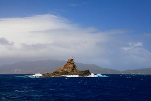 小笠原諸島母島列島 台風接近中の向島瀬戸・トンガリの写真素材 [FYI02850762]