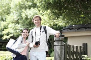 旅行中の外国人カップルの写真素材 [FYI02850823]