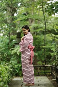 浴衣姿の外国人女性の写真素材 [FYI02850856]