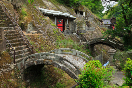 石見銀山 羅漢寺 五百羅漢の石窟と石橋の写真素材 [FYI02850924]